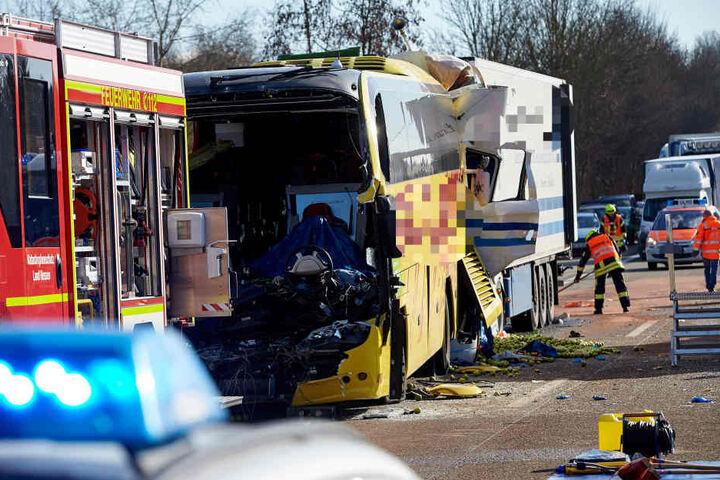 Hier zeigt sich nochmals das volle Ausmaß der Katastrophe. Der 40-Tonner krachte an einem Stauende in den Reisebus. Beide Fahrer starben.