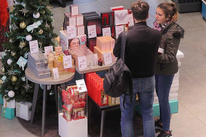 Schöne Bescherung! Das Weihnachtsgeschäft wie hier in der Altmarktgalerie  läuft schon - da sitzt auch das Falschgeld locker...