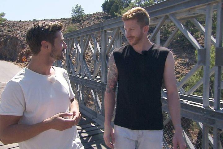 Das Bungee-Jumping-Date mit Prinz Nicolas (28, l.) ergattert Podcaster Lars (29, r.). Wagen die beiden den Sprung?
