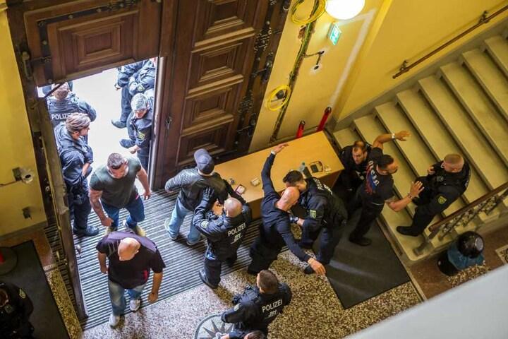 Erste Kontrolle am Hauseingang: Am Landgericht Leipzig checkte die Polizei  jeden Besucher auch noch mal am Saal.
