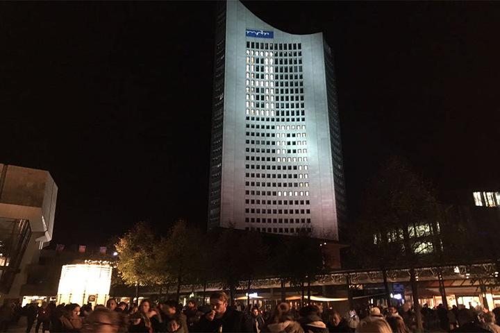 Montag, der 9. Oktober 2017: Auf dem Augustusplatz kommen die Menschen zum Lichtfest zusammen.