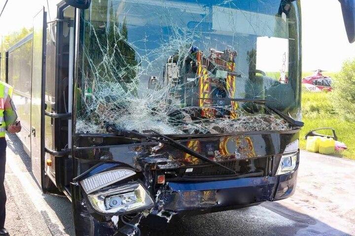 Die Frontscheibe des Busses wurde zerstört.
