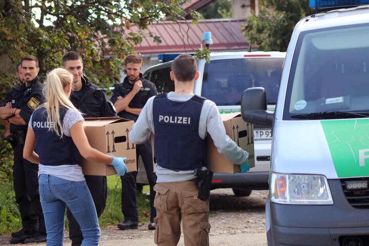 Im Allgäuer Tierquäler-Skandal hat die Polizei einen dritten Milchviehbetrieb durchsucht.