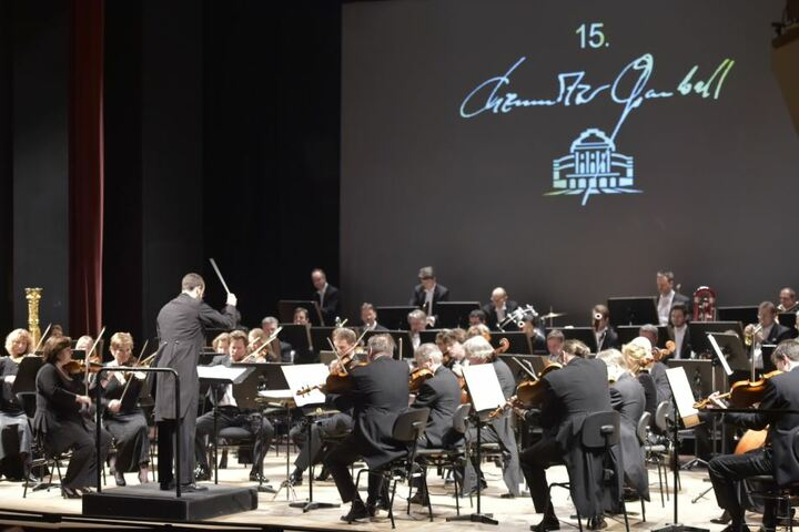 Robert Schumann Philharmonie mit Dirigent Felix Bender
