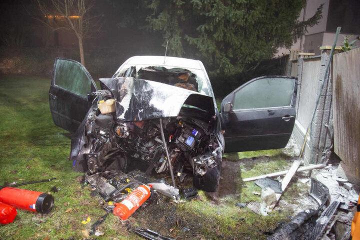 Das Auto wurde bei dem Unfall schwer beschädigt.