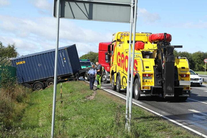 Mit schwerem Gerät wurde der Laster wieder auf die Straße gezogen.