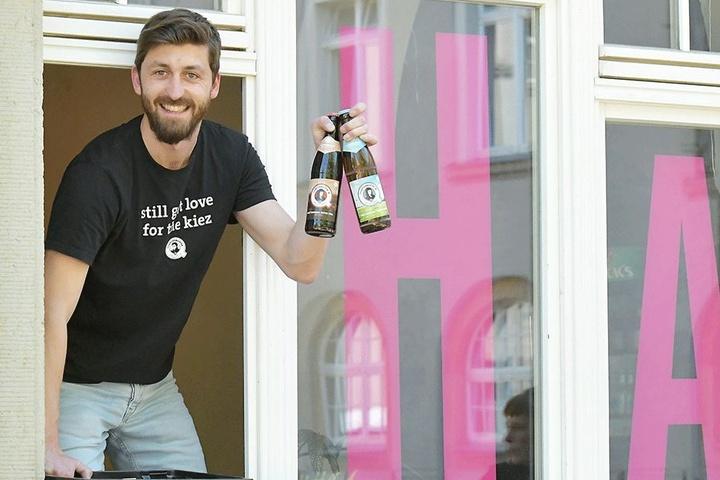 """André Weigold (29) beliefert rund 120 Geschäfte und Spätis mit den verschiedenen """"Quartiermeister""""-Sorten, auch das Café Oha in der Güntzstraße."""