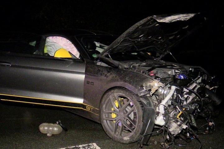 Bei dem Unfall wurden zwei Menschen verletzt.