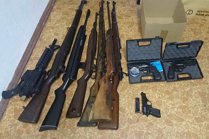 Sieben weitere Waffen, drei Pistolen und etliche Hieb- und Stichwaffen stellte die Polizei im Zimmer des Täters sicher.