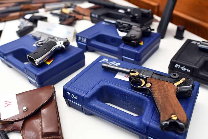 Pistolen und Revolver gehörten ebenfalls zum Fund und wurden beschlagnahmt.