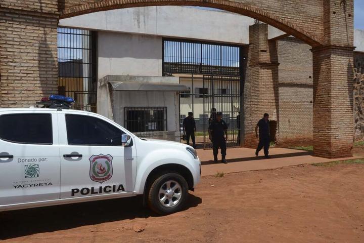 Polizisten stehen vor dem Eingang des betroffenen Gefängnisses