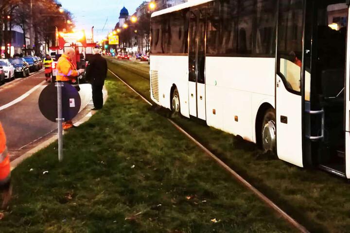 Auf Höhe der Hardenbergstraße blieb der Bus in der begrünten Gleisanlage stecken. Es ging weder vor noch zurück.