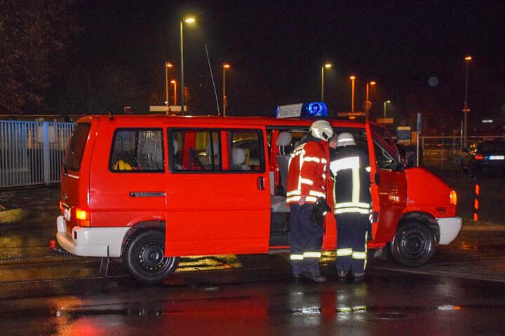 Feuerwehrleute vor der Firma, bei dem es zu einem Salzsäureaustritt kam.