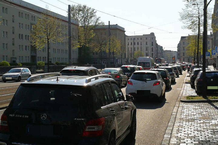 Der Verkehr staut sich bis zur Höhe der Höfe am Brühl.