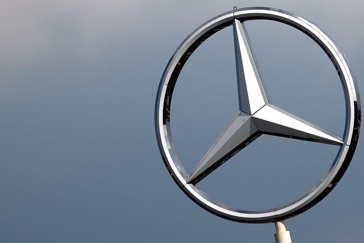 Ein Mercedes-Stern im Wolkenhimmel.