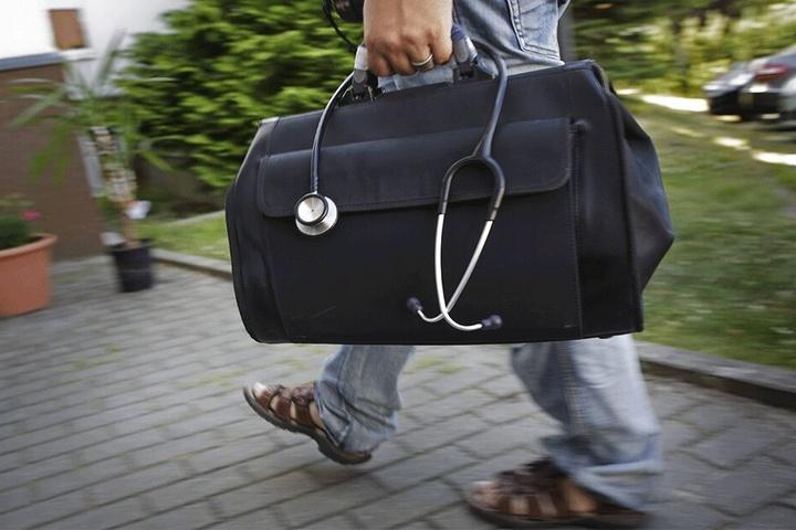 Vor allem auf dem Land ist die ärztliche Versorgung ausgedünnt. Kommen dann noch Rückforderungen auf Ärzte zu, drohen gerade ältere Mediziner mit Aufgabe ihrer Praxis.