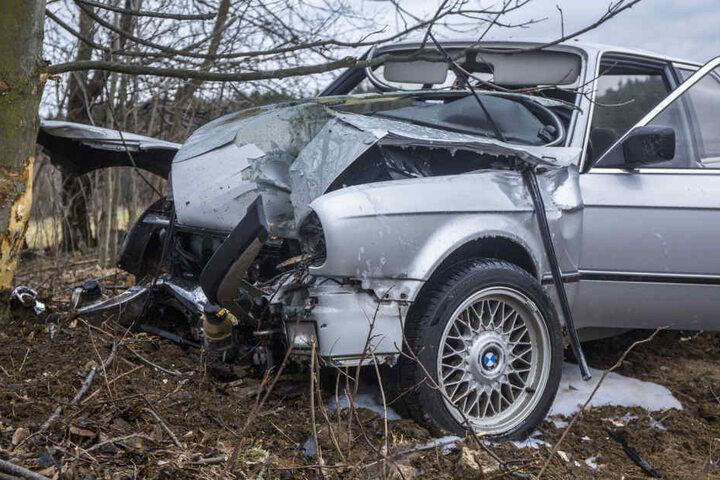 Der BMW fing nach dem Unfall Feuer, das aber schnell gelöscht werden konnte.