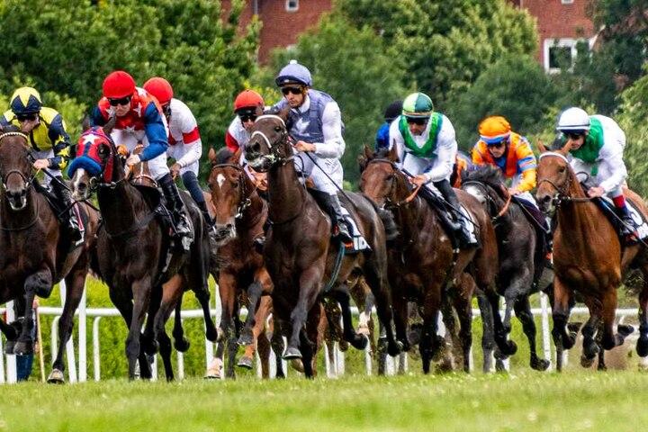 Zahlreiche Jockeys gehen jedes Jahr auf der Horner Rennbahn an den Start.