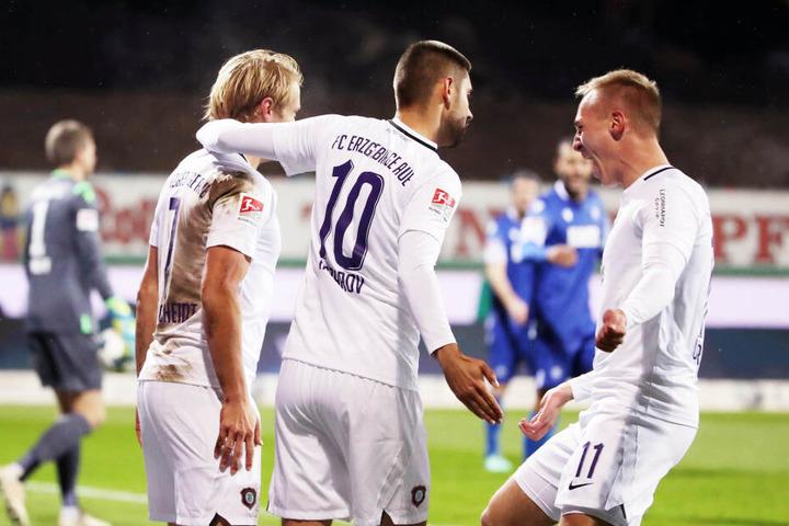 In Karlsruhe gab Florian Krüger (r.) die geniale Vorlage zum 1:0. Torschütze Jan Hochscheidt (l.) und Dimitrij Nazarov jubelten mit ihm.