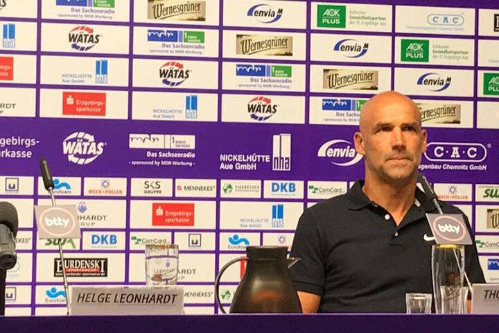 Der neue Aue-Trainer nimmt auf der Pressekonferenz den Platz auf dem Podium ein.