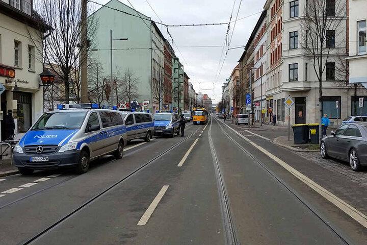 Das gesamte Eisenbahnstraßenviertel, inklusive Nebenstraßen,  ist abgeriegelt.