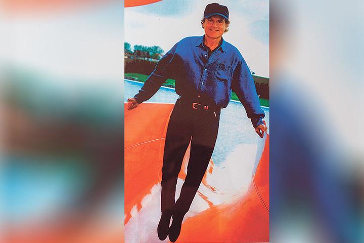 Mario Girotti während seines Besuches 1995 auf der Wasserrutsche, für die er spendete.