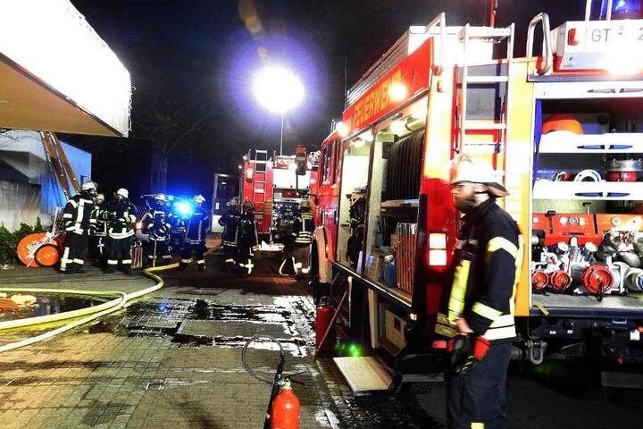 Rund 70 Einsatzkräfte löschten den Brand und halfen den Mitarbeitern Ware in Sicherheit zu bringen.