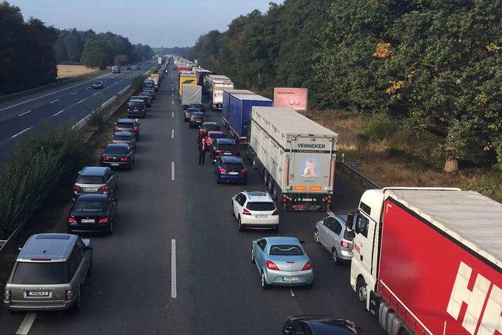Die A2 muss während der Unfallaufnahme voll gesperrt werden.