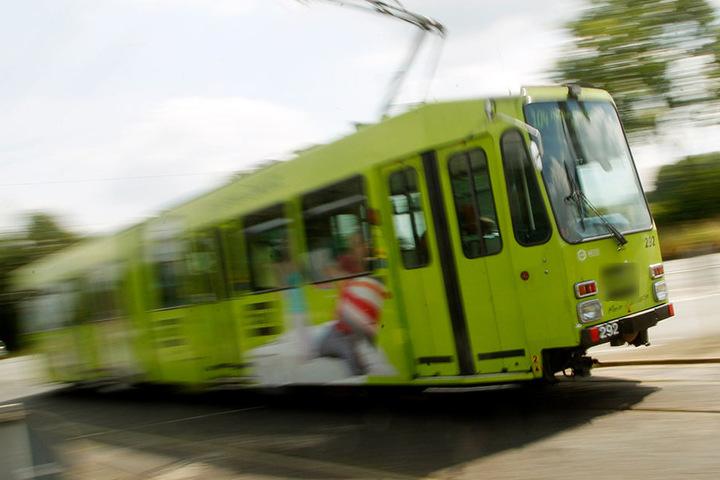 Ein Toyota war in das Gleisbett einer Straßenbahn in Plauen gefahren. (Symbolbild)