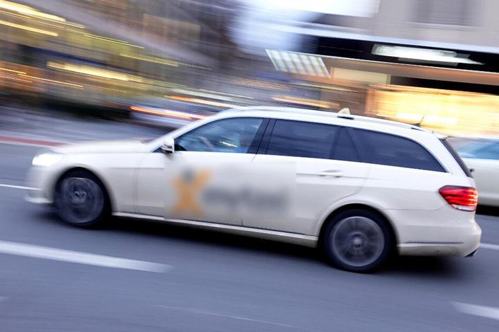 Der Taxifahrer übersah den Einsatzwagen und krachte mit dem Polizeiauto zusammen. (Symbolbild)