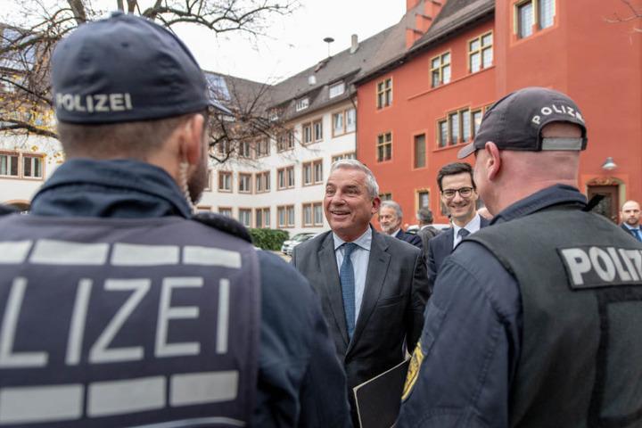 Innenminister Strobl und Oberbürgermeister Horn (rechts im Bild) sprechen mit Polizisten.
