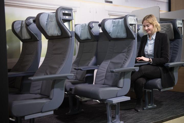 Mirjam von der DB Fernverkehr sitzt in den neu gestalteten Sitzen des ICE.
