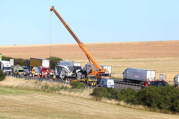 Mit einem Kran werden die Laster auf der A4 geborgen.