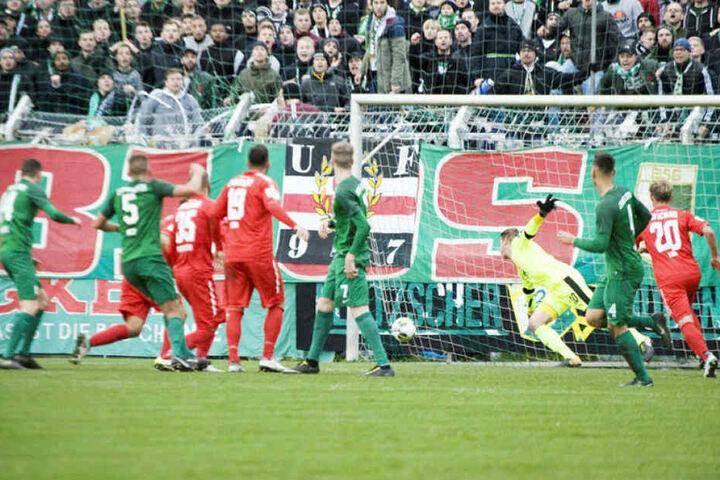 Ersatzkeeper Lukas Cichos (3.v.r.), der hier im Sachsenpokal-Spiel bei Chemie Leipzig das entscheidende dritte Gegentor kassiert, ist vor allem dank seiner tollen Trainingsleistungen ein Gewinn für den FSV.