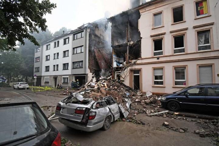 Ein Auto wurde durch die Trümmerteile komplett zerstört.
