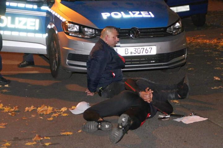 Die beiden Tatverdächtigen kauererten auf dem Boden und beschwerten sich über die engen Handfesseln.