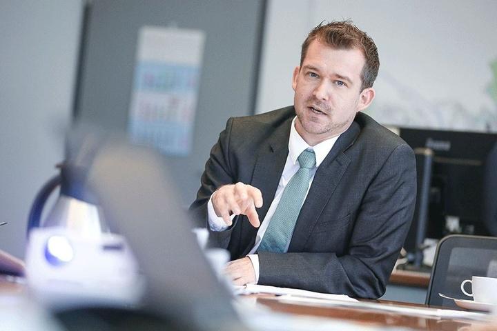 """Baubürgermeister Raoul Schmidt-Lamontain (41, Grüne) schaut sich in Hannover an, wie dort der """"Autofreie Sonntag"""" funktioniert."""