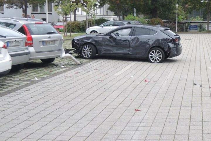 Vollkommen zerstört steht der Mazda der Unfallverursacherin auf einem Magdeburger Parkplatz.