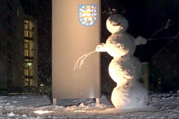 Das ist der erste Schneemann des Jahres.