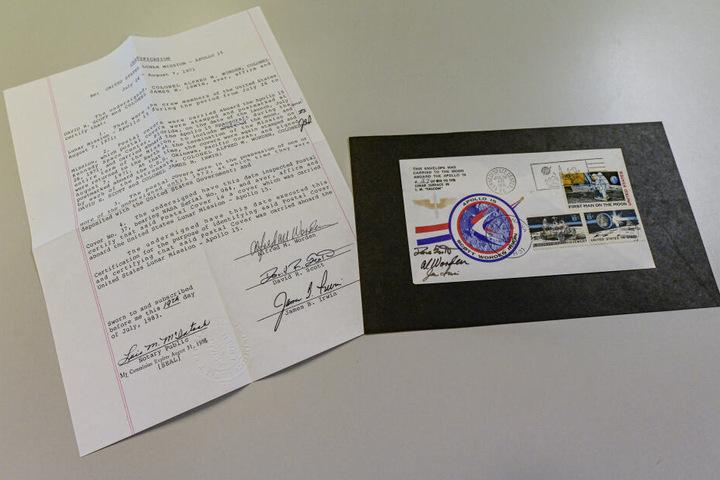 Ein Echtheitszertifikat liegt neben dem Apollo-15-Mondbrief von 1971.