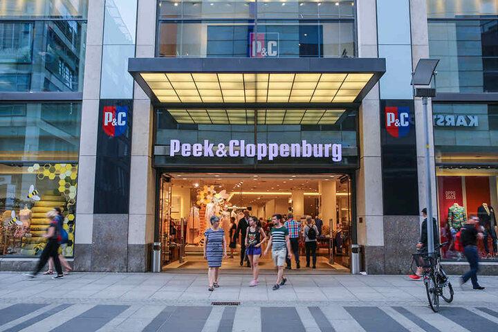Peek & Cloppenburg-Filiale in Dresden. Die missglückte Werbung sorgt nun bundesweit für Negativ-Schlagzeilen.