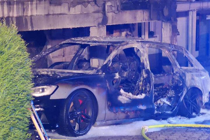 Das Foto zeigt ein vom Feuer zerstörtes Auto.