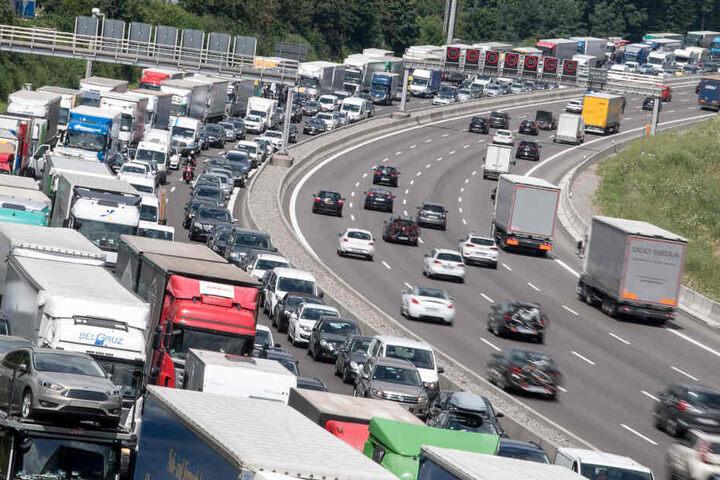 Die Polizei kontrollierte auf der A8 einen Lkw-Fahrer, der seine zulässige Fahrzeit weit überschritten hatte. (Archivbild)