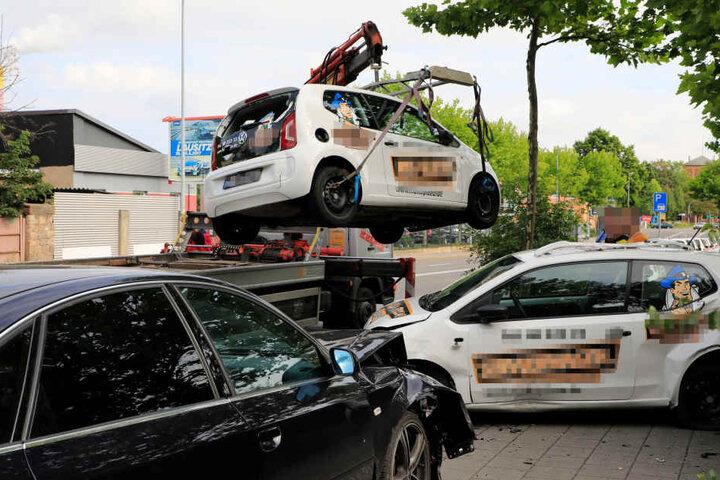 Die beschädigten Lieferwagen mussten abgeschleppt werden.