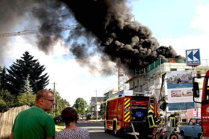 Die Feuerwehr ist im Einsatz.