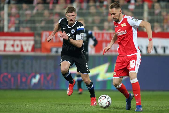 Fabian Klos von Arminia Bielefeld (l) und Berlins Florian Hübner kämpfen um den Ball.