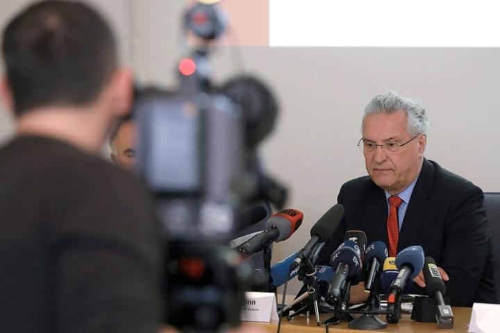 """Bayerns Innenminister Joachim Herrmann nimmt zu den Schüssen eines """"Reichsbürgers"""" auf Polizisten Stellung."""