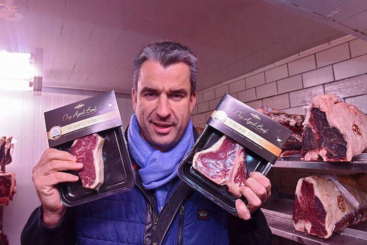 Gerd Kastenmeier zeigt die Dürrröhrsdorfer Single-Portion des gereiften Angus-Rindfleisches.