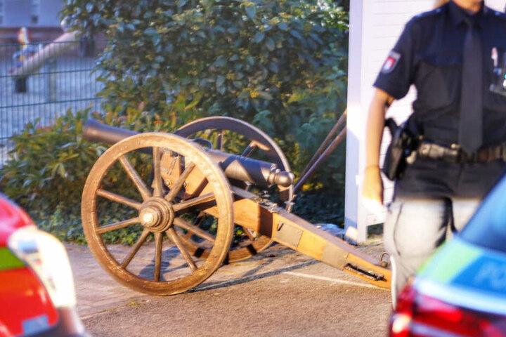 Die Polizisten sicherten Spuren an dieser Kanone.