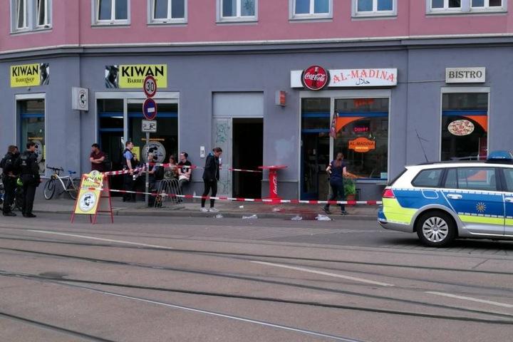 Aktuell laufen rund um die Kurt-Schumacher-Straße und im Leipziger Bahnhofsviertel Fahndungsmaßnahmen der Polizei. Der Messerstecher ist noch immer auf der Flucht.